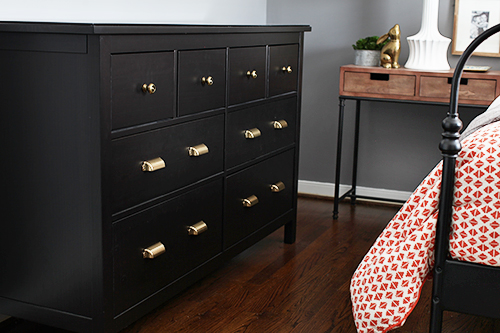 How to Switch Out Dresser Hardware / 7thhouseontheleft.com